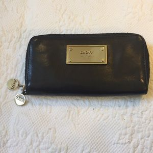 DKNY 💯 LEATHER BUTTER SOFT BLACK WALLET